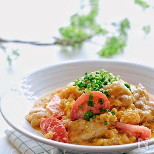 【らくレピ】ジューシーチキンとトマトの卵チーズ炒め