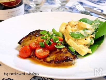 トマトソースのブリのソテーとマカロニサラダと付け合わせの野菜