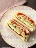 野菜ソテーとアボカドのトーストサンド