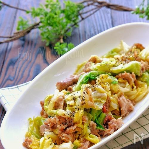 【らくレピ】レンジで簡単!春キャベツと豚肉のオイマヨ炒め風