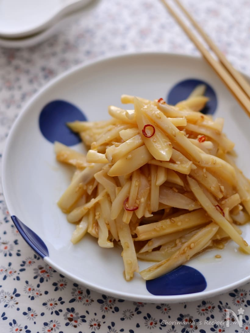 お皿に盛られたレンコンの中華サラダ