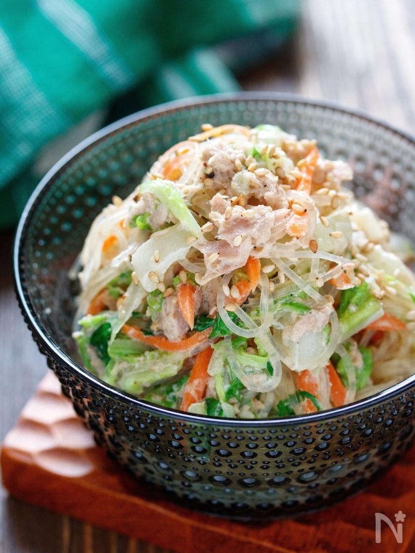 ガラスに盛り付けた白菜とにんじんにツナマヨとごまを和えた春雨サラダ