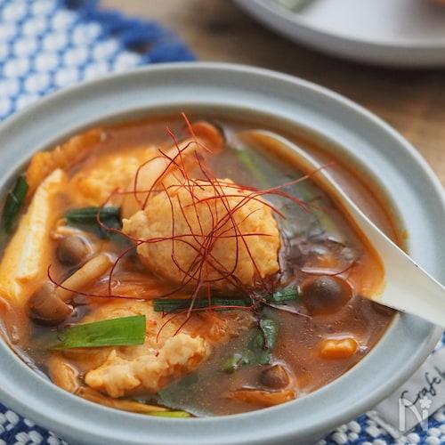 具だくさんなのにヘルシー!鶏団子と豆腐のキムチスープ
