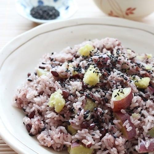 食物繊維豊富!黒米入りさつまいもの赤飯おこわ〈炊飯器調理〉