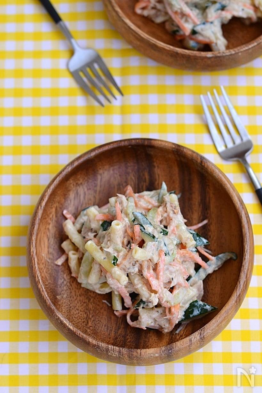 木製の小皿に盛られたツナやにんじんきゅうりの入ったマカロニサラダ
