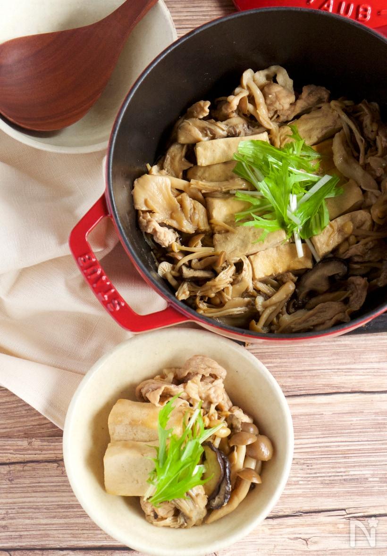 鍋と小皿に入ったきのこ肉豆腐