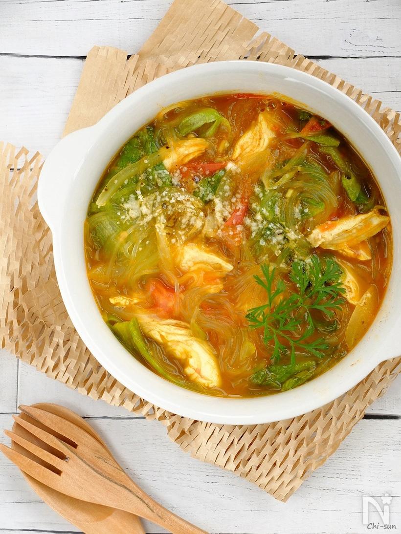 白いスープ皿につがれた炒めトマトのカレー春雨スープ