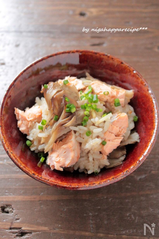 お茶碗に盛った、鮭と舞茸の炊き込みご飯