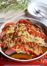 『かぼちゃとトマトとベーコンのミルフィーユチーズ焼き』