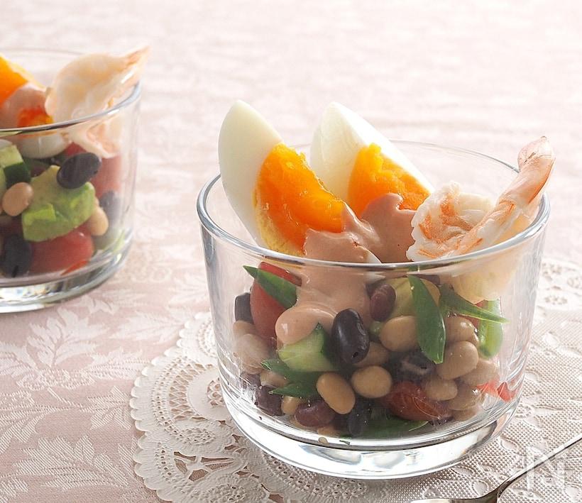 オーロラソースで食べる豆と卵とエビのサラダ