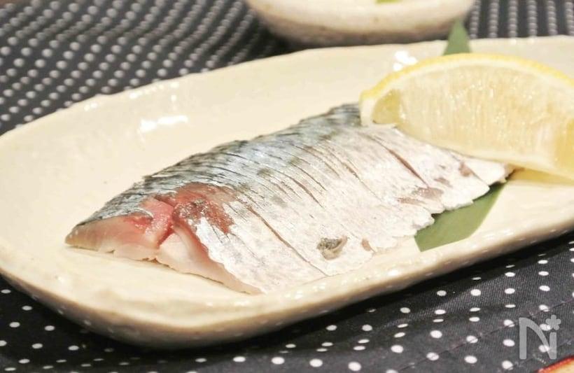 平皿に盛られたしめ鯖