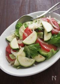 『さっと和えるだけのシンプルサラダ、ズッキーニとトマトのサラダ』