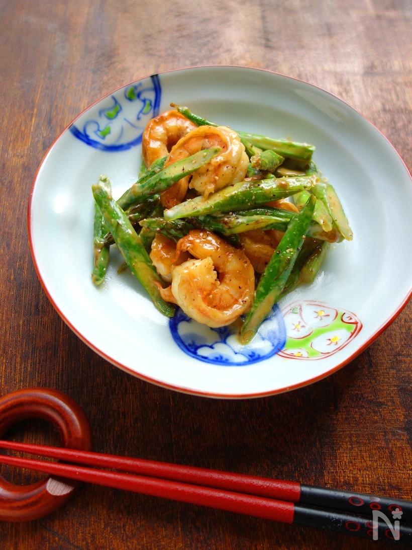 丸い皿に盛られたエビとアスパラのオイマヨ炒め
