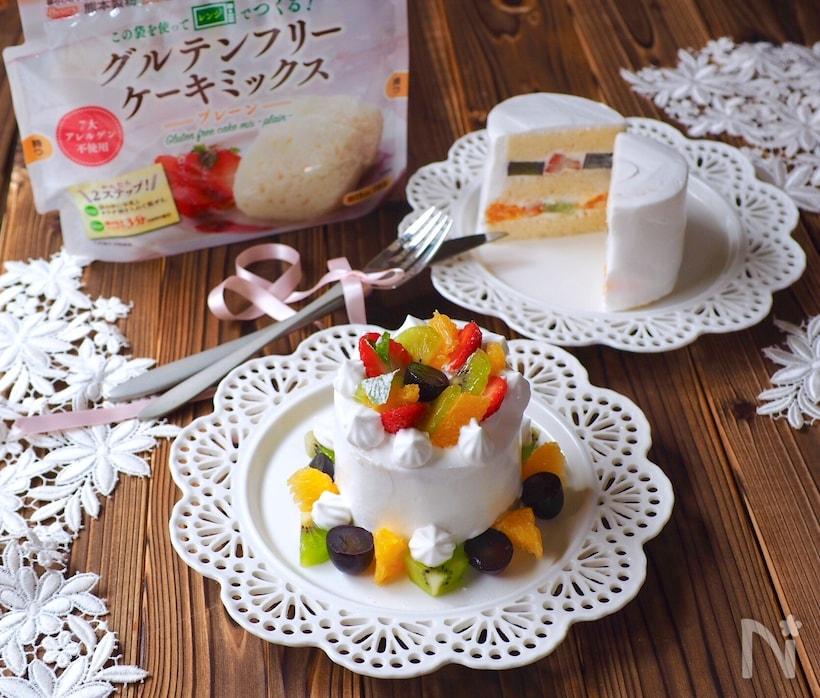 レースのおさらにのったグルテンフリーケーキミックスで作ったケーキ