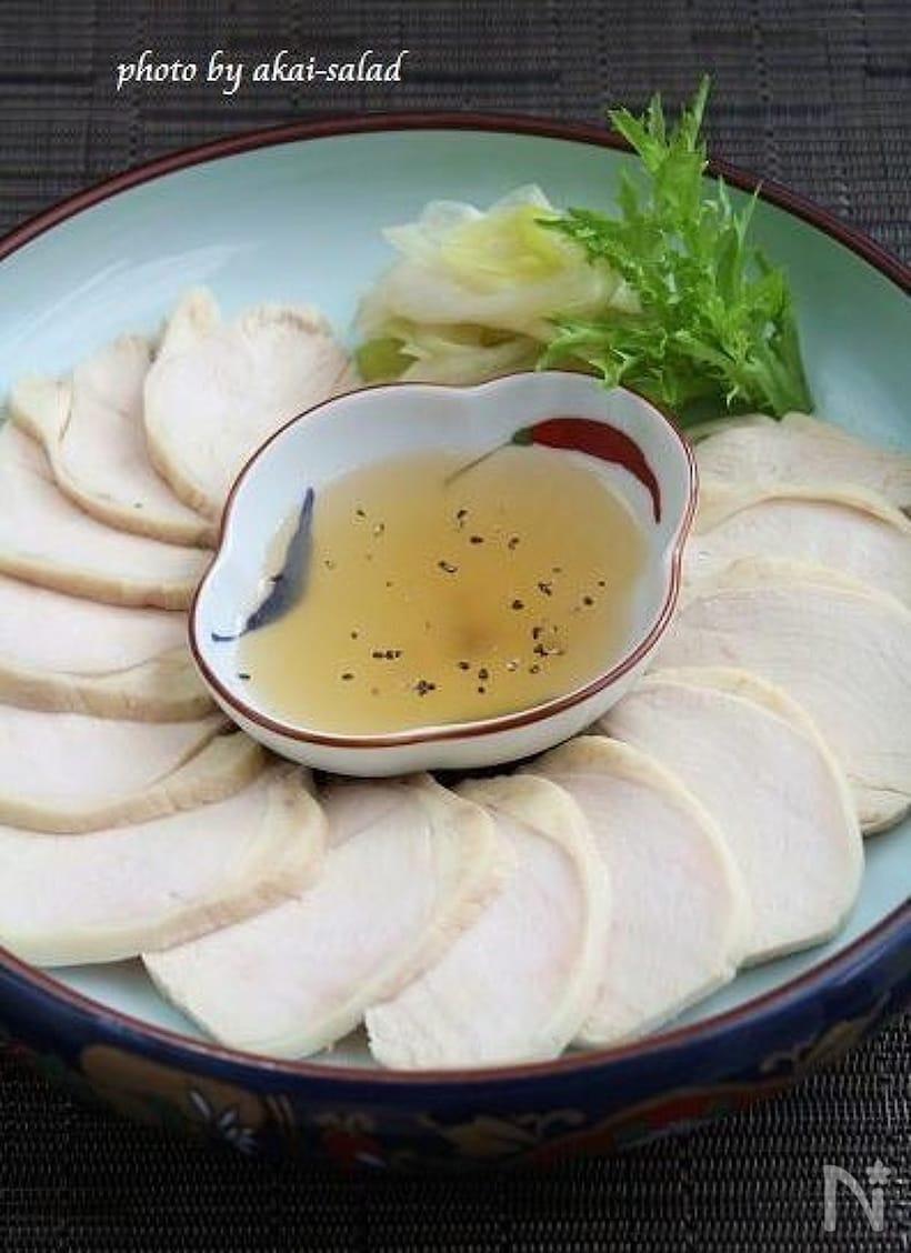 白だしの入った小皿と、薄くスライスした鶏ハムをいっしょに盛り付けたらお皿