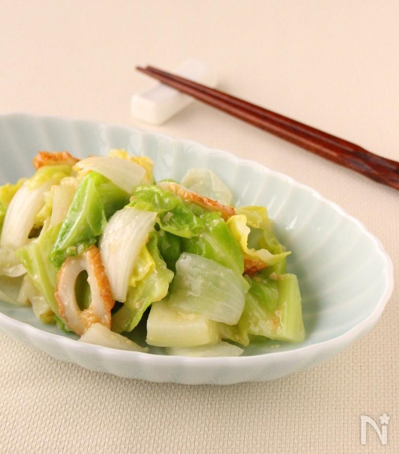 白いプレートに盛り付けた春野菜のわさび酢味噌和え
