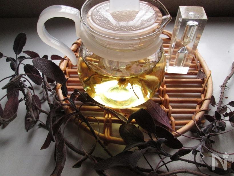 ガラス茶器に入ったカモミールとレモングラスのハーブブレンドティー