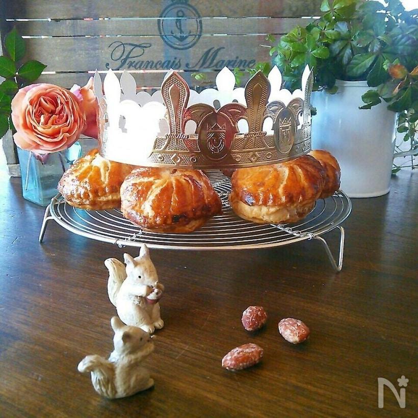 ケーキクーラーにのったひとり分サイズのガレットデロワに、勝者に贈られる紙製の王冠が。