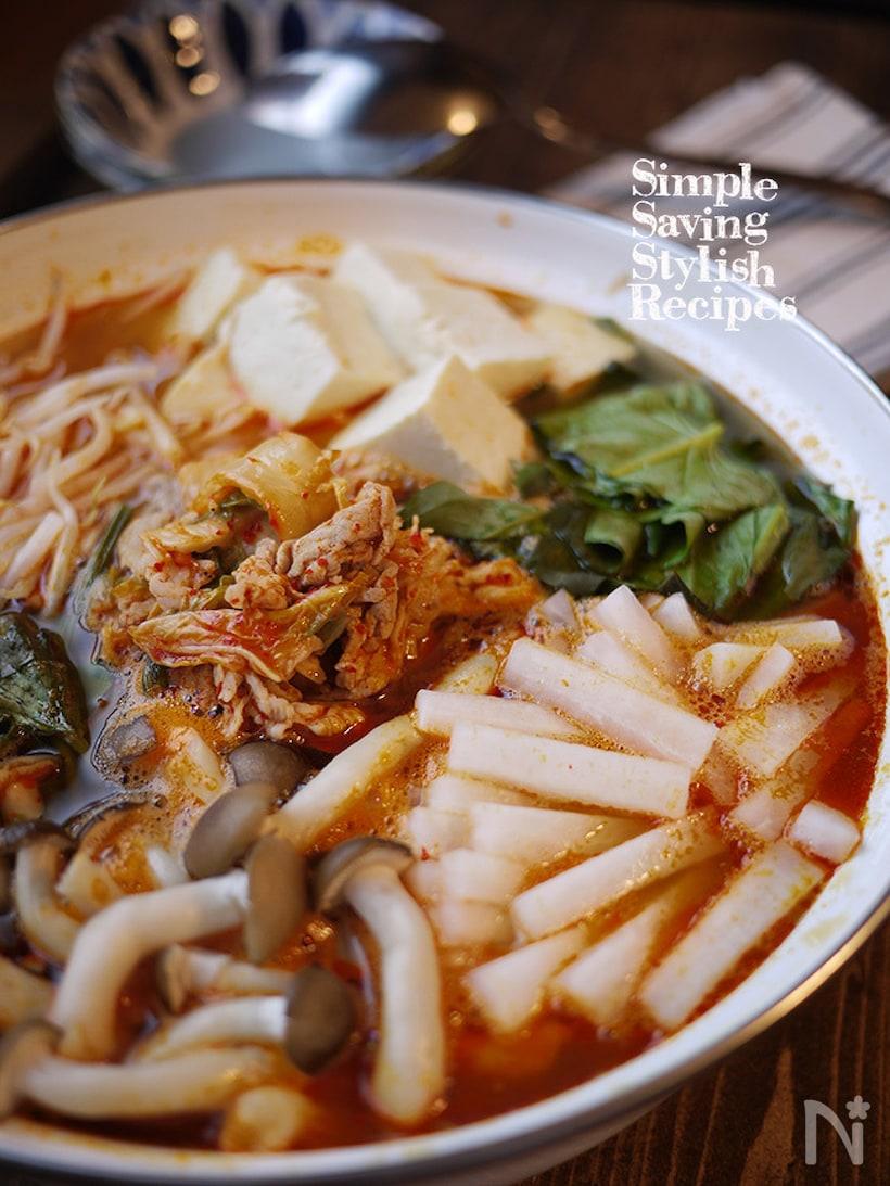 キムチ、大根、シメジ、豆腐などが入ったキムチ鍋