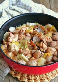 『鶏肉とあさりと白菜の白だしオイバター蒸し鍋』