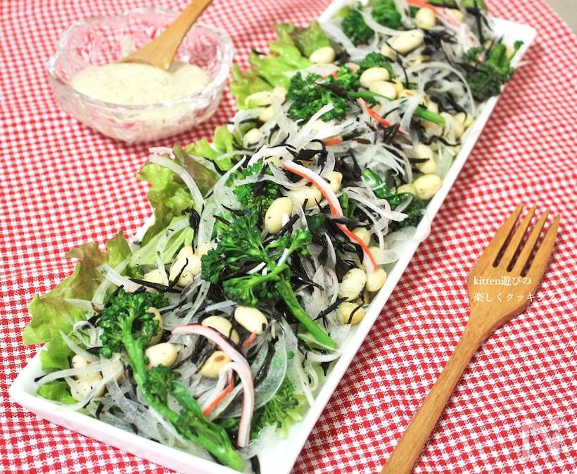 麺つゆ、マヨネーズ、白ごまで味付けしたサニーレタスとひじきと大豆のサラダ