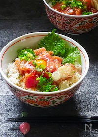 『サッパリ香味酢飯の漬けマグロ丼』
