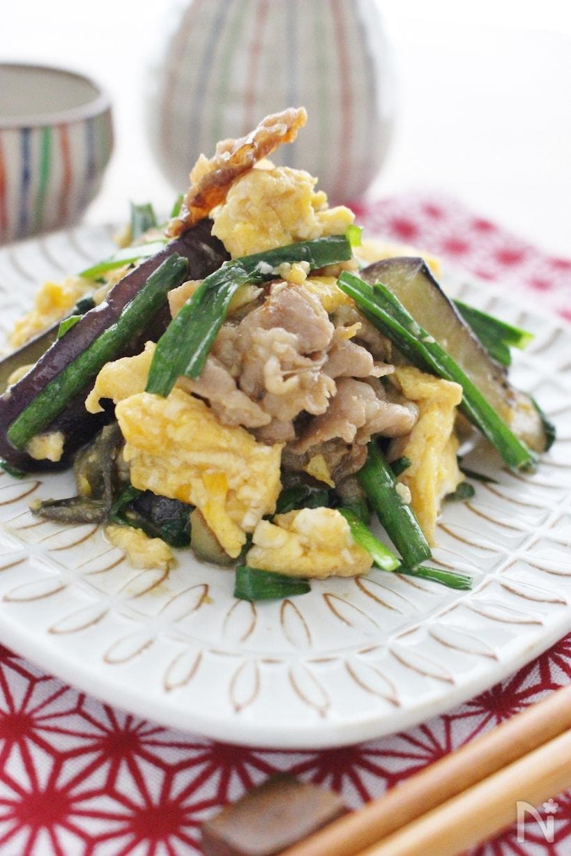 白いお皿にのせた卵と豚玉の野菜炒め