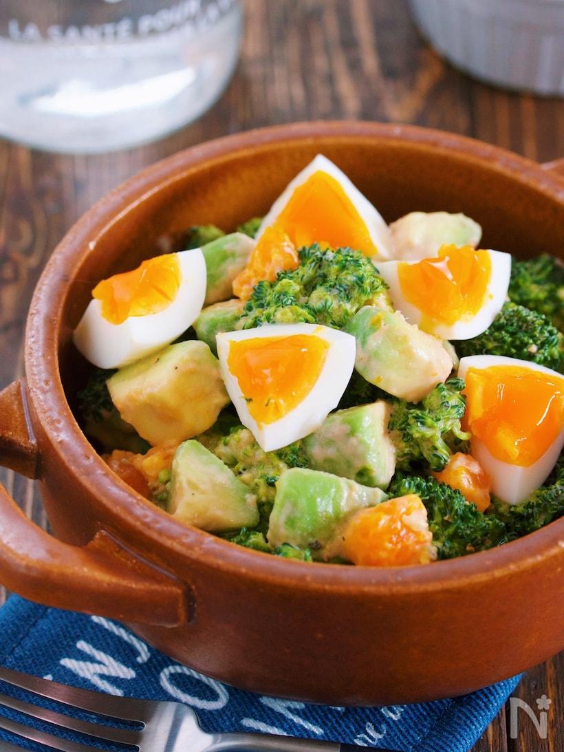 陶器の器に盛り付けたブロッコリーとアボカドと卵のデリ風サラダ
