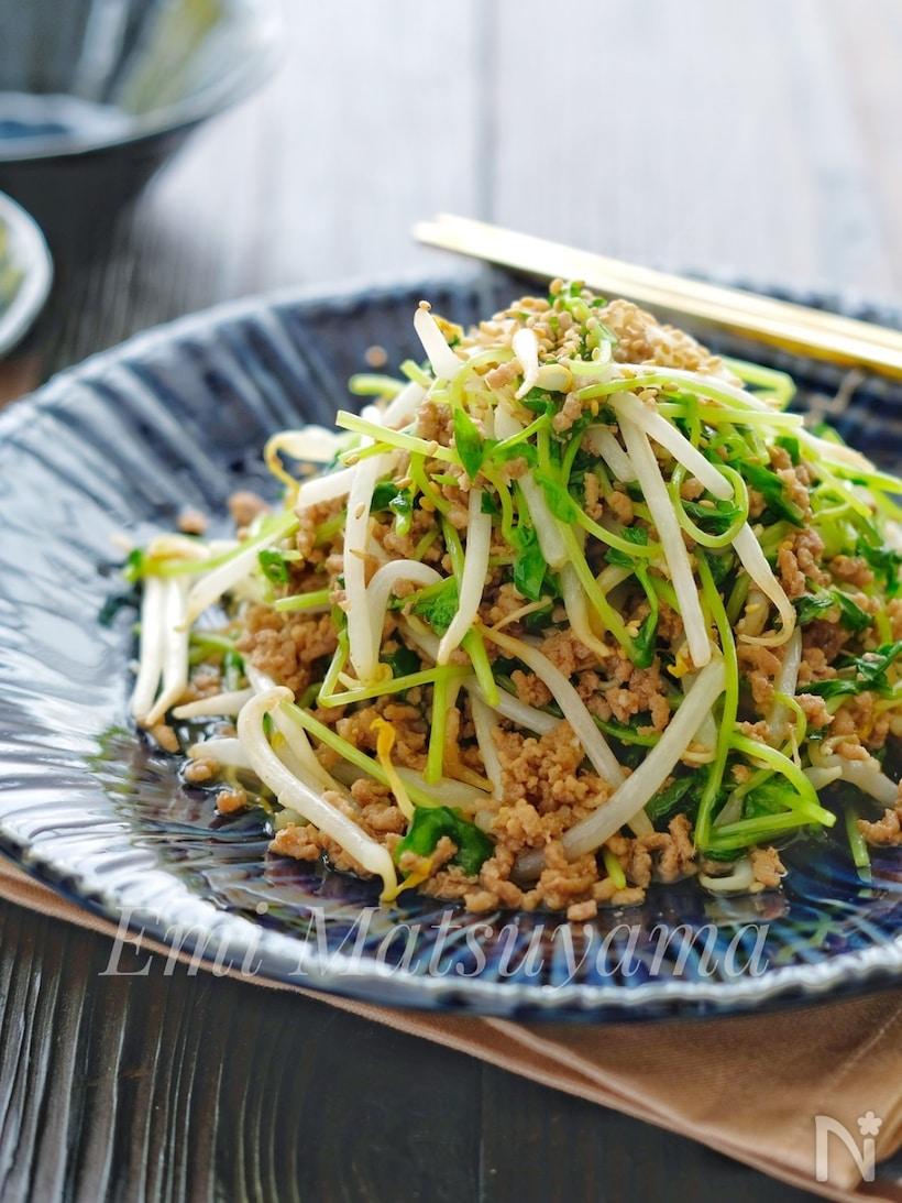 豆苗ともやしのひき肉炒めが盛られた青い和皿