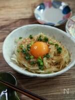 旬の野菜のおいしさ『新玉ねぎのポン酢サラダ 卵黄のせ』