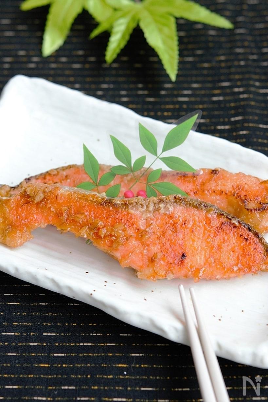 白い長方形の角皿に置かれた、2切の鮭の味噌照り焼き。
