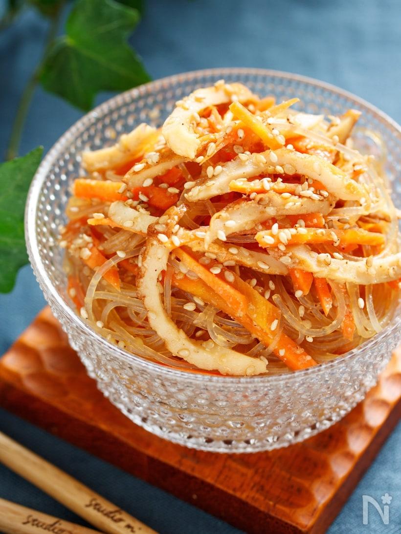 ガラスの器に盛り付けたちくわとにんじんの中華風春雨サラダ