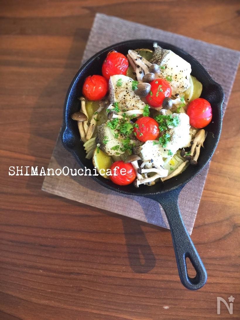 スキレットで作る新じゃが、タラ、プチトマト、しめじのオイル煮