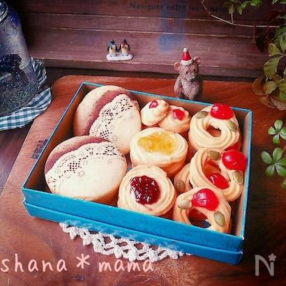 箱に詰め合わせたマーガリンで作る絞り出しクッキー