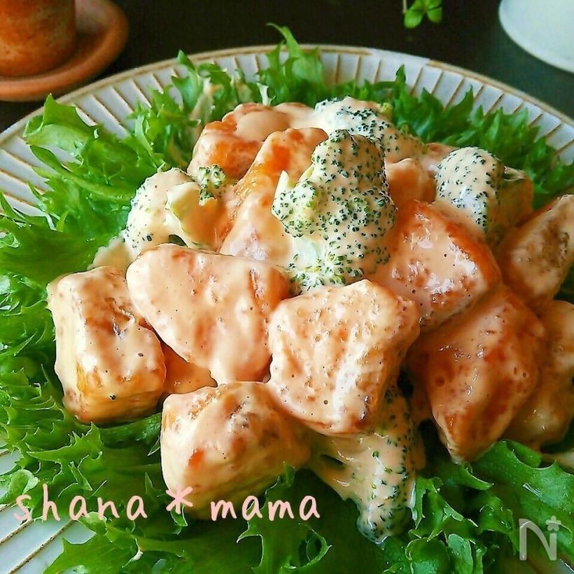 丸いお皿に盛られた秋鮭とブロッコリーの鮭マヨ