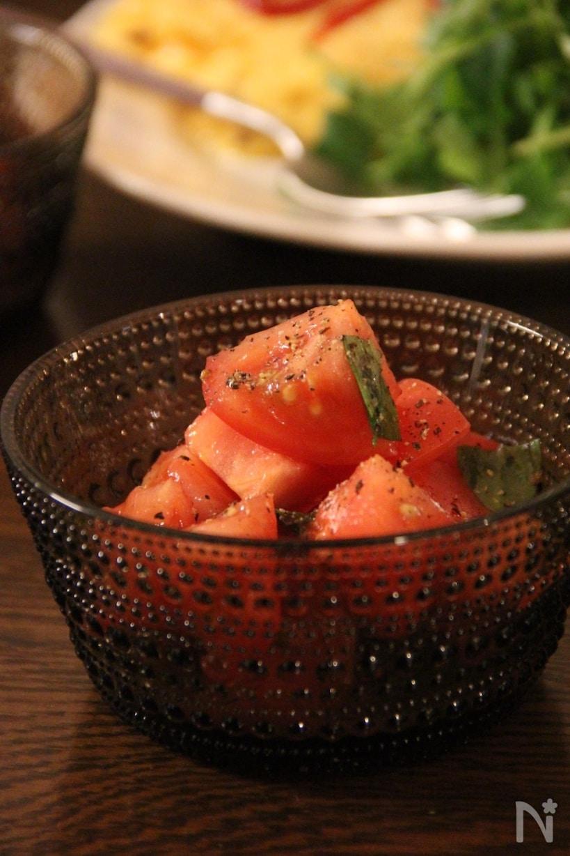 カットしたトマトに塩を振り、ちぎったバジルとオリーブオイルを混ぜたバジルマリネ。