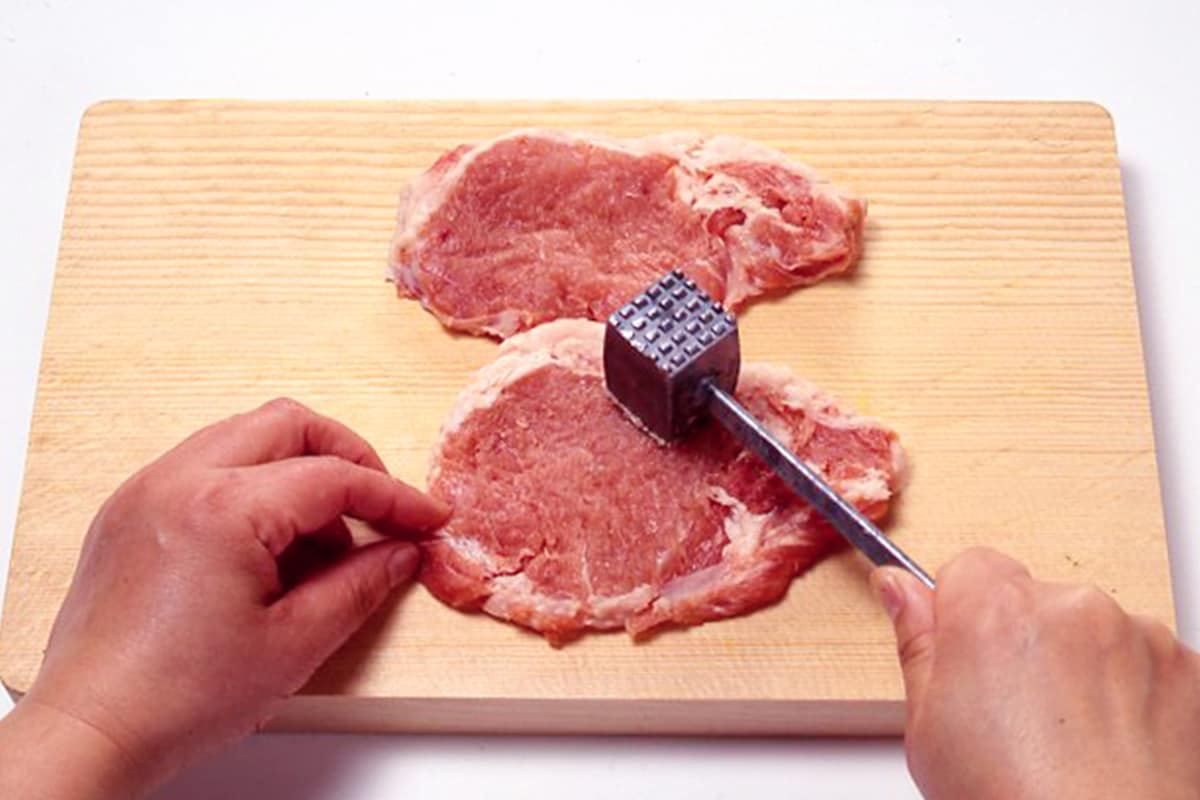 肉をたたく