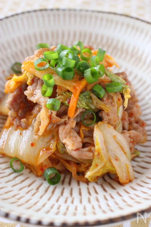 和皿に盛り付けた白菜と豚肉のキムチ炒め