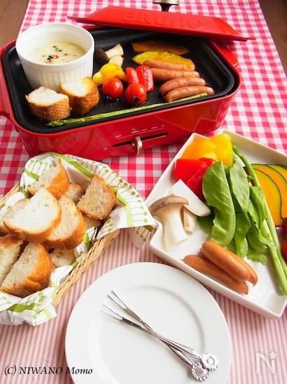 ホットプレートのチーズフォンデュとパンと野菜とお皿とフォーク