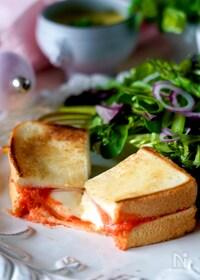 『【フライパンで焼くだけ】チーズとろ〜りピリ辛明太ホットサンド』