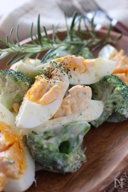 胡麻で風味がついたブロッコリーと卵のサラダ