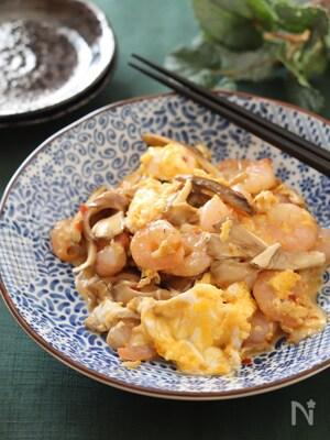 ちょっ早激旨♡むき海老と舞茸とふわふわ卵のピリ辛オイマヨ炒め