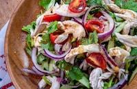 蒸し鶏とパクチーのタイ風サラダ
