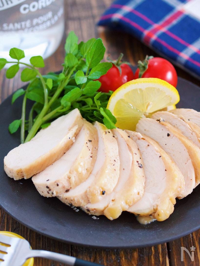 食べやすい厚さに切った鶏ハムにレモンを添えたお皿