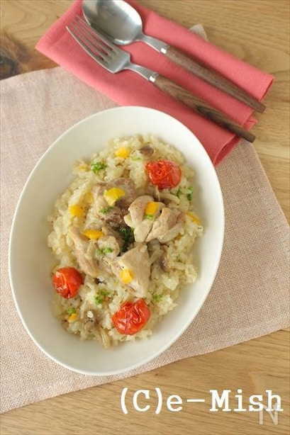 お皿に入れた鶏肉とお野菜のパエリア