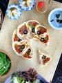 簡単で完璧っ♡餃子の皮のフラワー・ピザ!