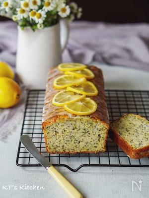 ズッキーニとサワークリーム、ポピーシートのレモンケーキ