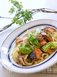 【らくレピ】レンジで簡単!塩鮭と舞茸と春キャベツのバター蒸し