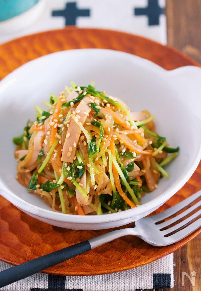 白い器に盛られた、糸こんにゃくと豆苗の中華サラダ