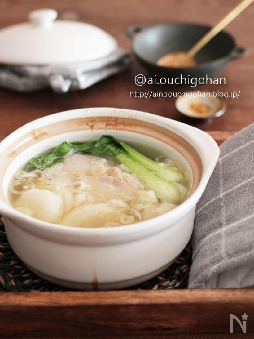 鶏肉と大根、ちんげん菜などが入ったスープ